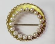 Brosche, vergoldet mit Perlenkranz